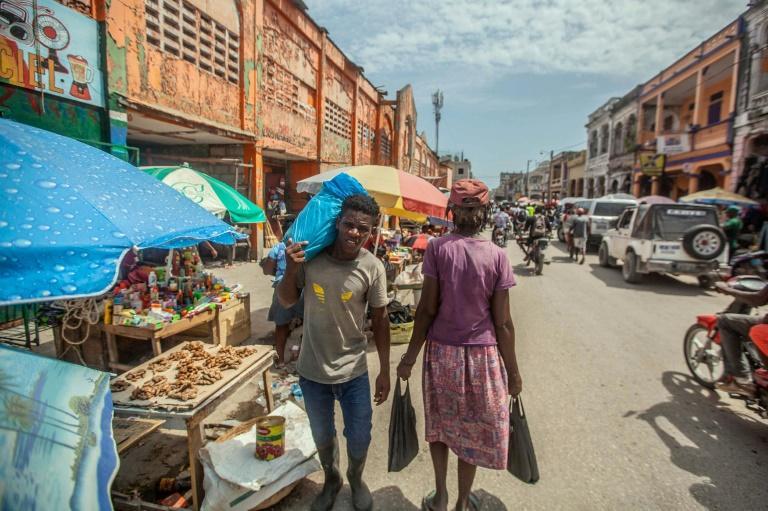 As ruas foram aos poucos recuperando o movimento habitual, como esta no coração de Les Cayes, dez dias depois do forte terremoto que atingiu o Haiti.