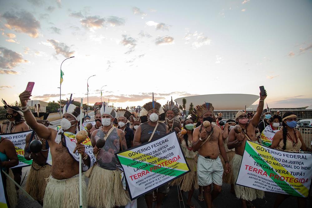 Indígenas protestam em Brasília contra o marco temporal e o PL 490, demarcação das terras indígenas.