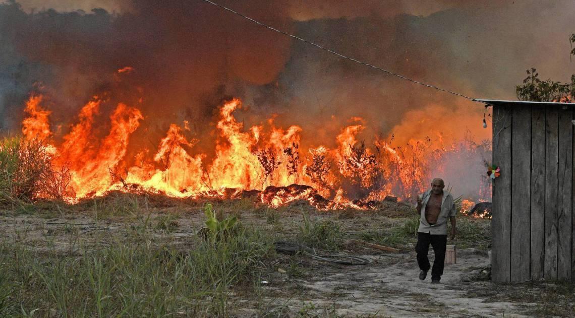 Desde 2019, a gestão Jair Bolsonaro tem sido alvo de críticas no Brasil e no exterior por causa da explosão de incêndios e do desmatamento na floresta
