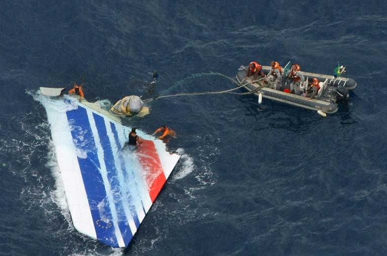 Destroços do voo Rio-Paris da Air France, recuperados no Atlântico, após a queda em junho de 2009