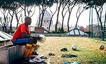 Um jogador da Clericus Cup do Collegio Urbaniano em Roma (Chris Kelly)