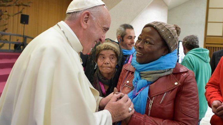 Papa encontra pessoas necessitadas