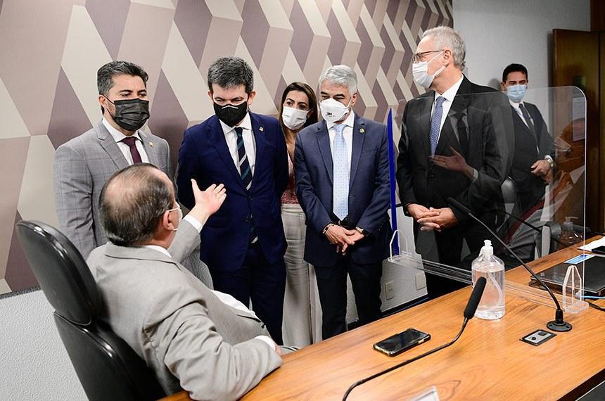 Aziz, presidente da CPI, conversa com integrantes da comissão após o não comparecimento do lobista Marconny