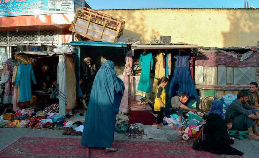 Mercado de rua em Cabul: muitos afegãos vendem suas posses na esperança de deixar o país
