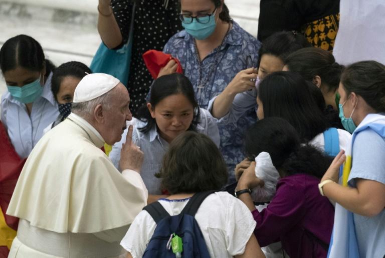 Papa Francisco cumprimenta visitantes após sua audiência geral semanal no salão Paulo VI do Vaticano em 8 de setembro de 2021