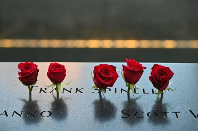 Rosas vermelhas colocadas junto aos nomes das vítimas dos ataques de 11 de Setembro de 2001, durante cerimônia no Marco Zero, em 11 de setembro de 2021
