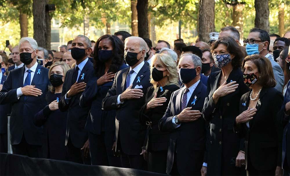Joe Biden, ao lado de Bill Clinton e Barack Obama no memorial das vítimas