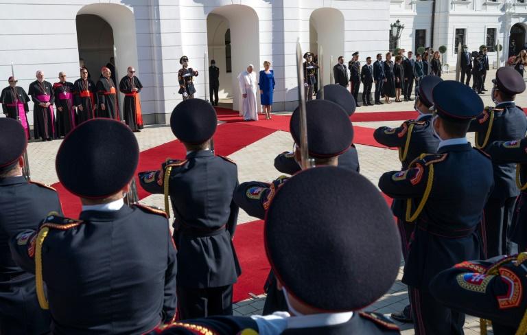 Papa Francisco é recebido pelo presidente da Eslováquia, Zuzana Caputova, em Bratislava, em 13 set. 2021