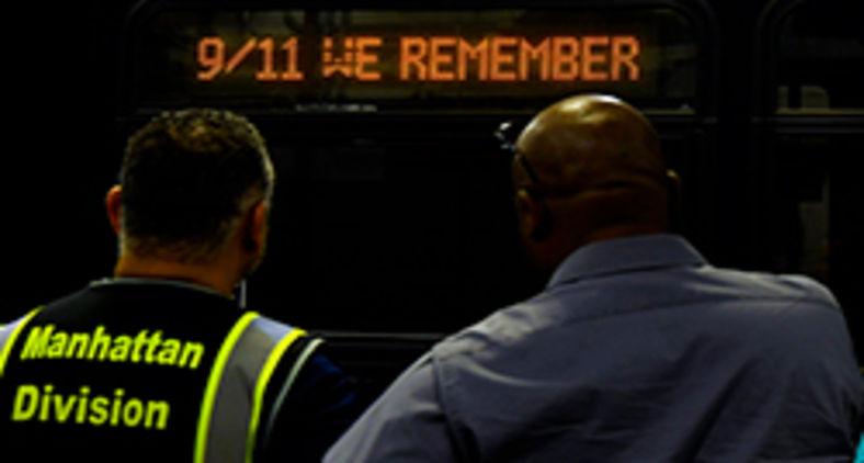 """A mensagem """"9/11 We Remember"""" é exibida na placa de destino do ônibus 6125 no Michael J. Quill Depot na sexta-feira, 10 de setembro de 2021, na proximidade do 20º aniversário dos ataques ao World Trade Center (Marc A. Hermann / MTA)"""