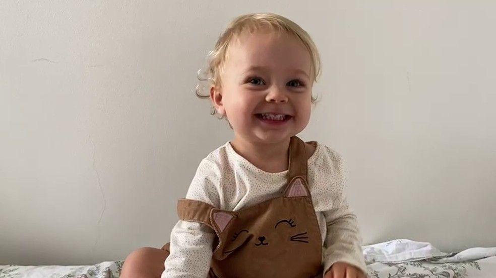 Alice, de 2 anos, viralizou por gostar de ler e falar palavras difíceis