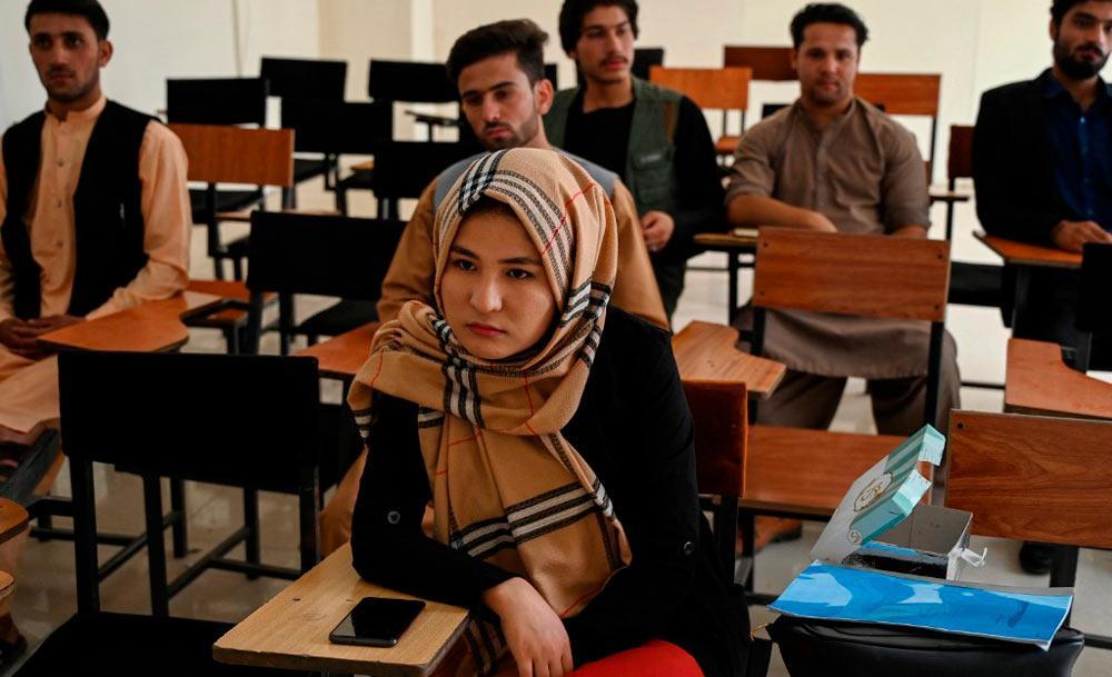 Afegã assiste a aula em universidade de Cabul: mudança nas normas