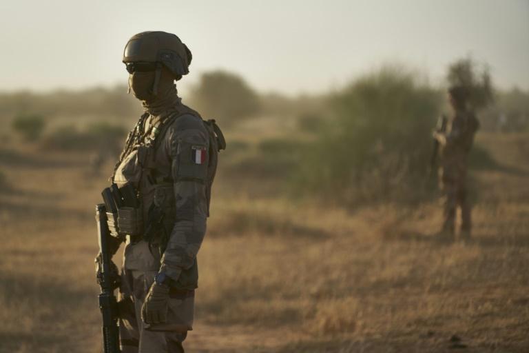 Imagem de novembro de 2019 mostra soldados do Exército francês no Sahel vigiarem uma área rural em Burkina Faso