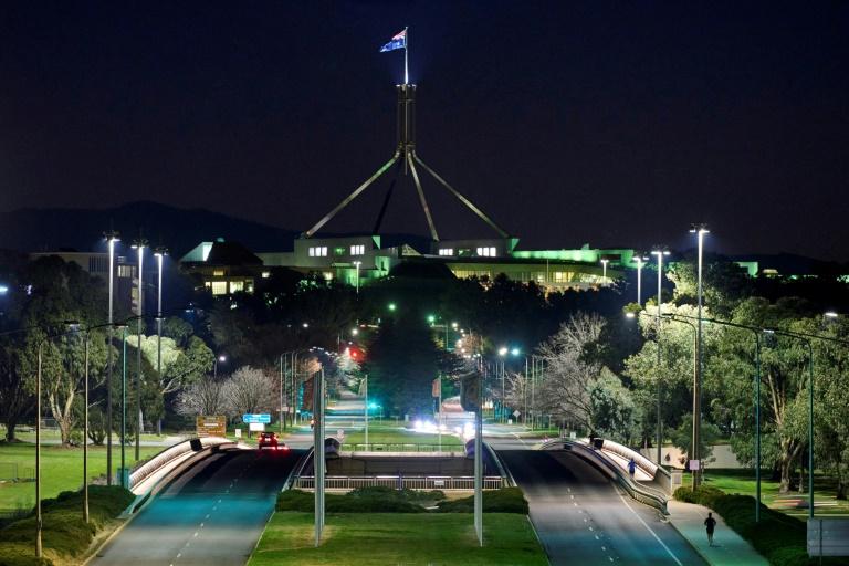 Vista de avenida vazia perto do Parlamento em Canberra, Austrália, em 12 de agosto de 2021