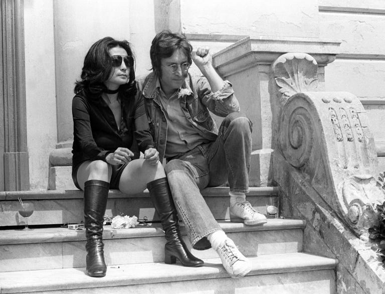 John Lennon e Yoko Ono posam para fotógrafos em Cannes em 1971
