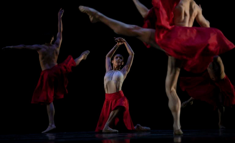 A brasileira Andreza Randisek, primeira bailarina do Balé do Chile, ensaia a que será sua última apresentação no Teatro Municipal de Santiago