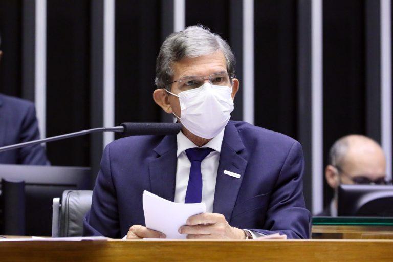 Joaquim Silva e Luna não assume responsabilidade e culpa governadores pela alta dos combustíveis