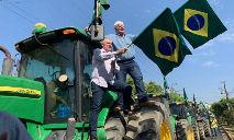 Presidente da Aprosoja Brasil, Antônio Galvan (de camisa azul) protesta em frente à PF em MT (Reprodução)