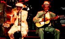 Ibrahim Ferrer (C) e Compay Segundo (D), mestres da música cubana resgatados por Ry Cooder (Divulgação)
