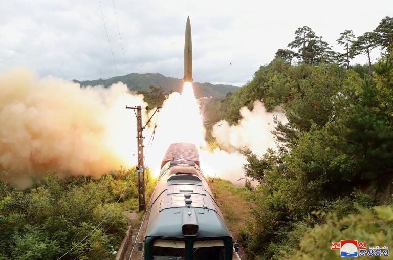 Imagem do lançamento de um míssil de um trem em 15 de setembro de 2021, difundida pela agência norte-coreana KCNA