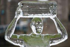 Escultura de gelo que representa uma pessoa que coleta água para a organização Water Aid derrete lentamente para mostrar a ameaça do aumento de temperatura pelo aquecimento global, em 15 de setembro de 2021, em Londres (DANIEL LEAL-OLIVAS/AFP)