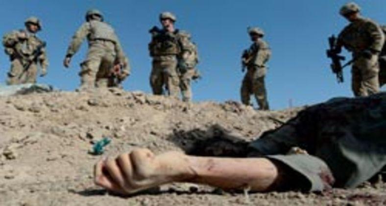 Tropas americanas passam por insurgente morto em ataque suicida no Afeganistão (AFP)