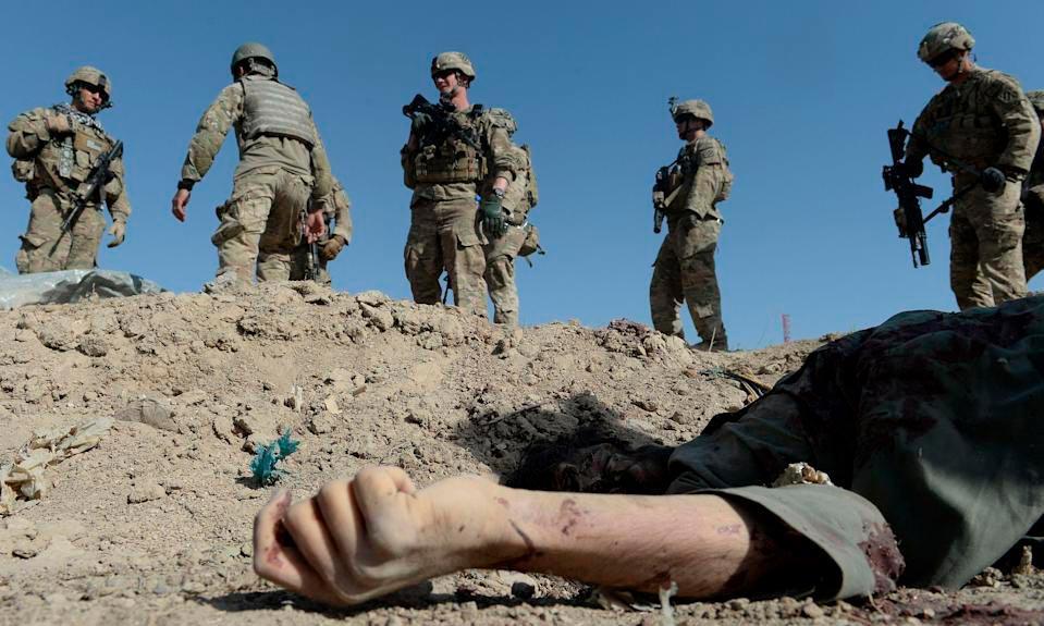 Tropas americanas passam por insurgente morto em ataque suicida no Afeganistão