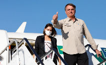 Presidente Jair Bolsonaro acompanhado e a primeira-dama Michelle Bolsonaro, durante desembarque Aeroporto Internacional John Fitzgerald Kennedy, EUA (Alan Santos/PR)