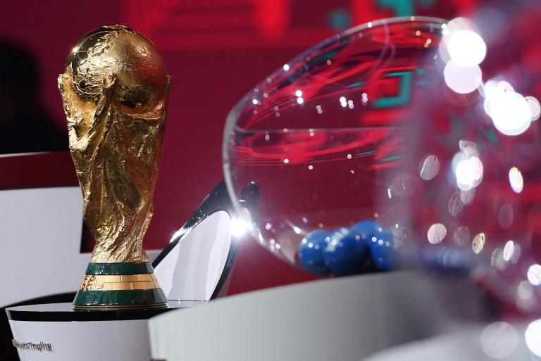 O troféu da Copa do Mundo exibido durante o sorteio da fase preliminar da edição de 2022
