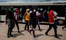 Migrantes expulsos do Texas, Estados Unidos, após chegada de avião em Porto Príncipe, Haiti (Richard Pierrin/AFP)