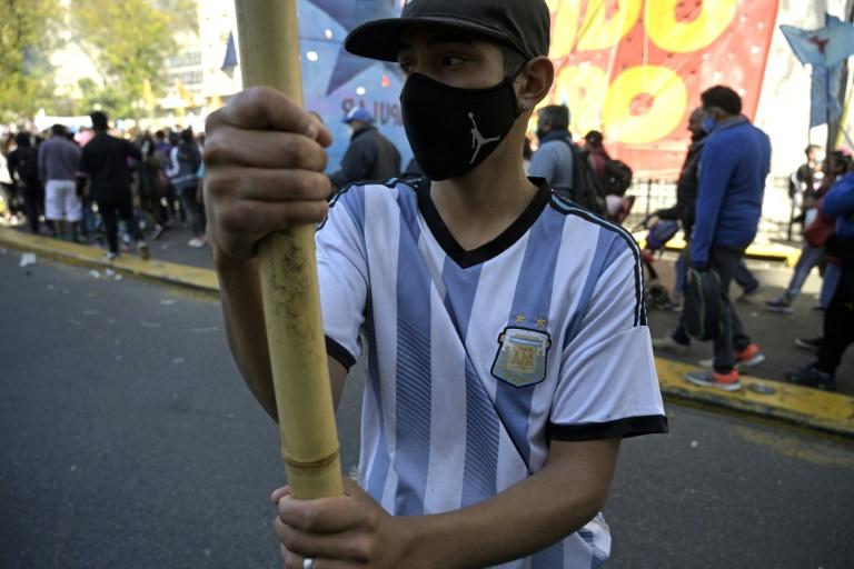 Jovem participa de protestos de movimentos de esquerda em Buenos Aires
