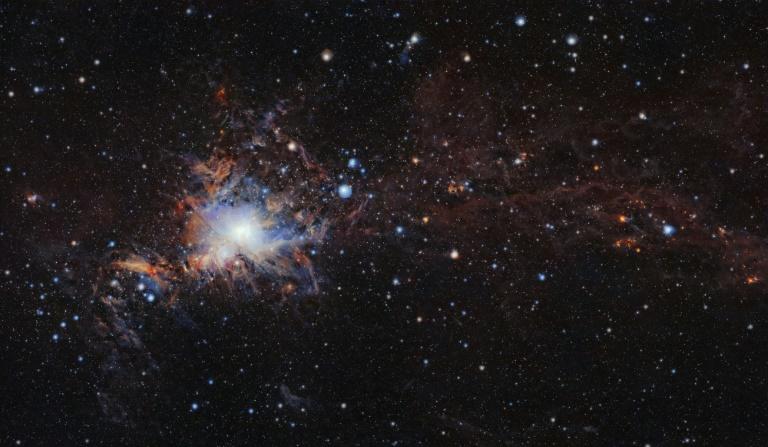 Ela está cercada pelas nuvens de Perseu e Touro, que apareceram após ao menos uma gigantesca explosão de uma estrela