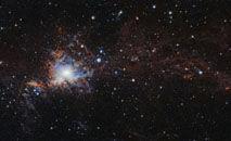 Ela está cercada pelas nuvens de Perseu e Touro, que apareceram após ao menos uma gigantesca explosão de uma estrela (Antares/AFP)