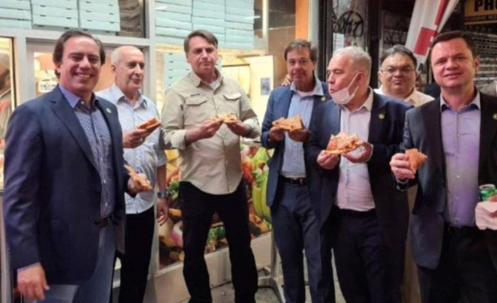 Integrantes da comitiva de Bolsonaro comem pizza na calçada em Nova York