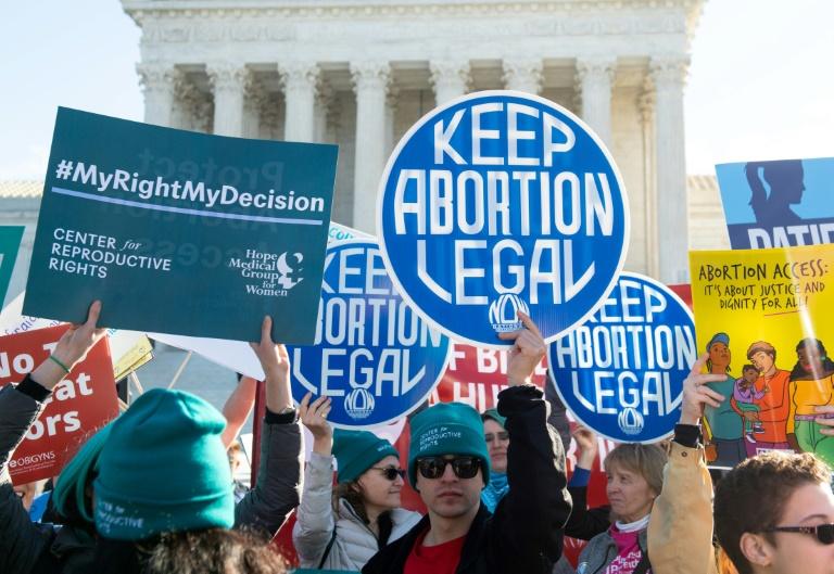 Ativistas que apoiam o direito das mulheres de decidirem pelo aborto protestaram em março de 2020 perante a Suprema Corte dos Estados Unidos