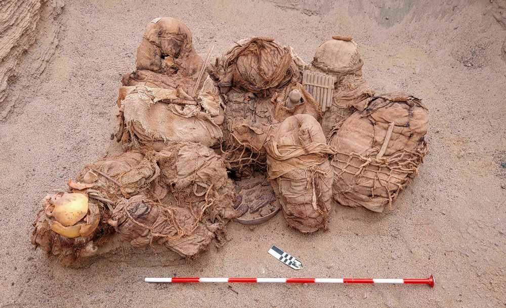 Arqueólogos analisam restos humanos de 800 anos de idade, em Chicas, no Peru
