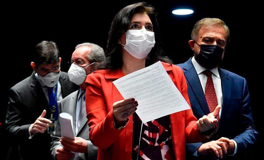 A relatora do projeto no Senado Simone Tebet, encaminha texto para votação em plenário