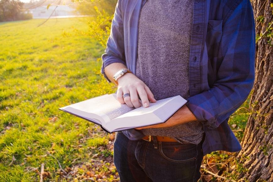 Inácio, colocando o exercitante para contemplar os mistérios da vida de Jesus, faz penetrar nesses diálogos e também ele se põe a dialogar com o Senhor nos colóquios. O exercitante é envolvido no Mistério e pelo Mistério que ele contempla.