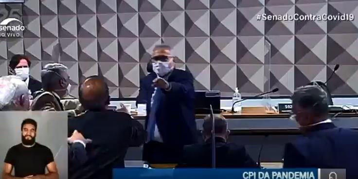 Senadores trocam agressões verbais e são contidos por colegas e seguranças da Casa