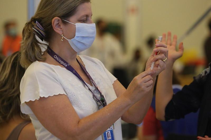 Profissionais de saúde não foram incluídos pelo estado no grupo elegível a receber a dose extra
