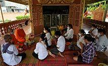 Os devotos de todo o país comparecem aos pagodes durante as duas semanas de festividade para orar e oferecer comida aos espíritos de seus ancestrais (TANG CHHIN Sothy/AFP)