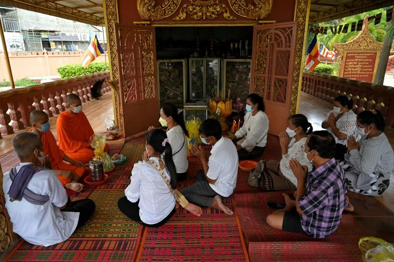 Os devotos de todo o país comparecem aos pagodes durante as duas semanas de festividade para orar e oferecer comida aos espíritos de seus ancestrais