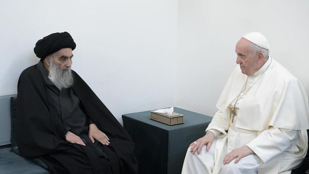 Encontro entre o aiatolá Ali Al-Sistani e o papa Francisco, em março de 2021