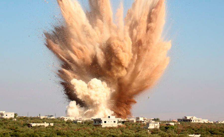 Explosão de bombaem ataque aéreo perto da cidade síria de Kafraya, na província de Idleb
