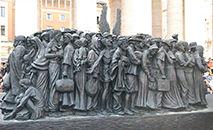 Monumento na Praça São Pedro retrata um barco com migrantes (Vatican News)