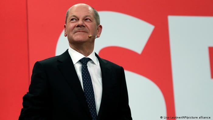 Pequena vantagem do SPD coloca Olaf Scholz na frente na corrida para substituir a chanceler Angela Merkel. Mas ele ainda terá que lutar pelo cargo e formar governo