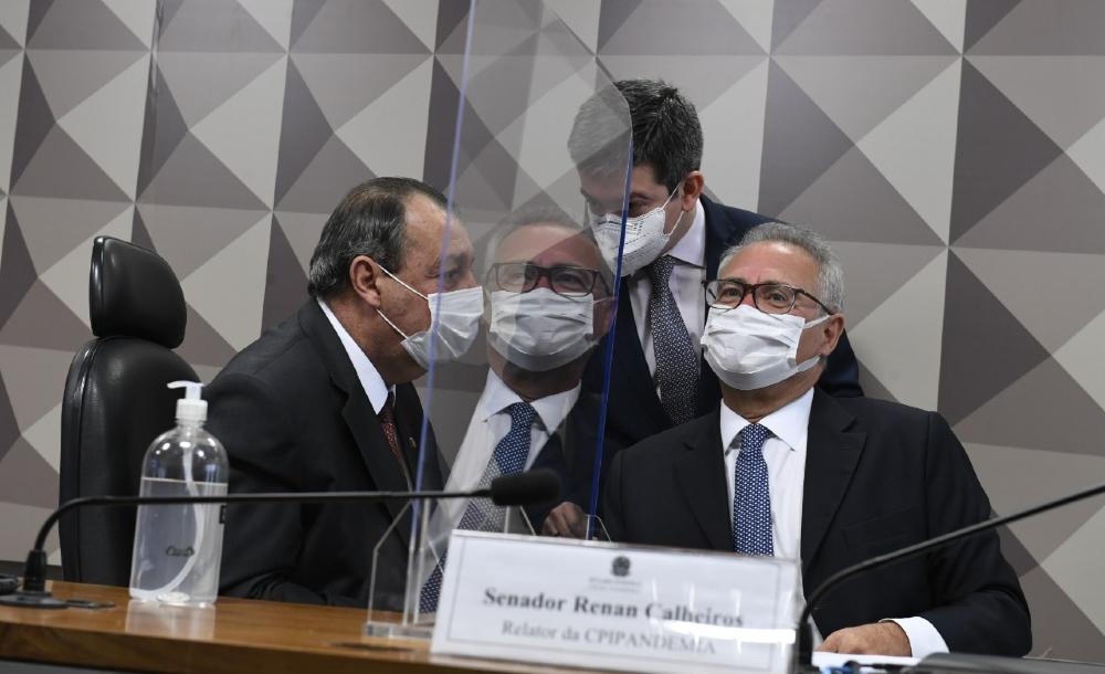 Senadores Omar Aziz, Randolfe Rodrigues e Renan Calheiros durante sessão desta quarta-feira (28) no Senado