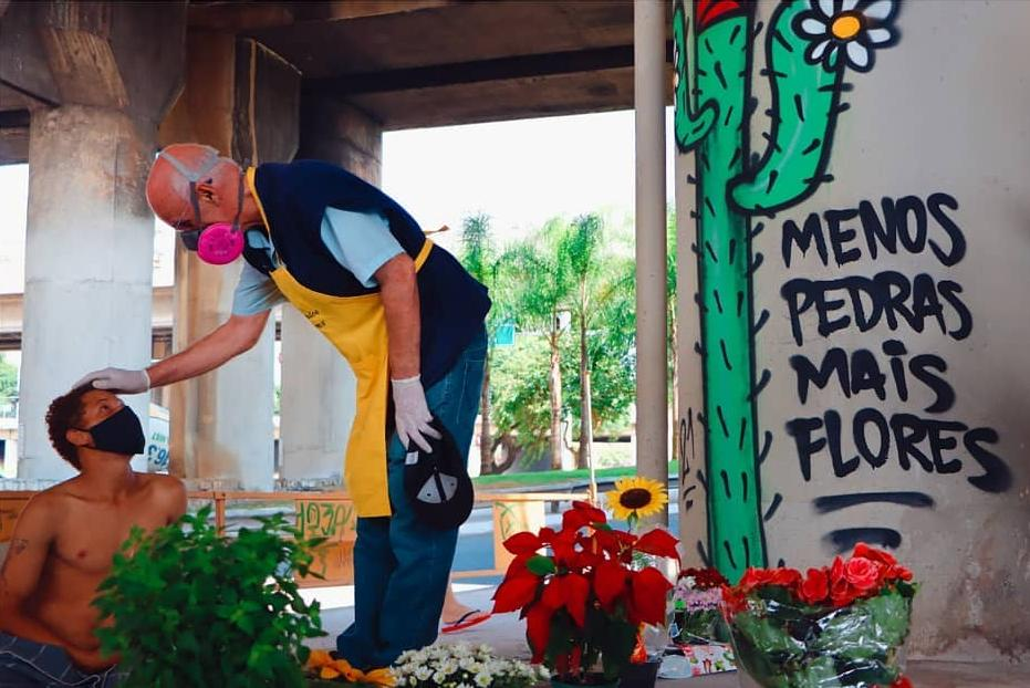 Padre Julio Lancellotti faz parte do movimento de rua que auxilia pessoas que se encontram nessa situação em São Paulo