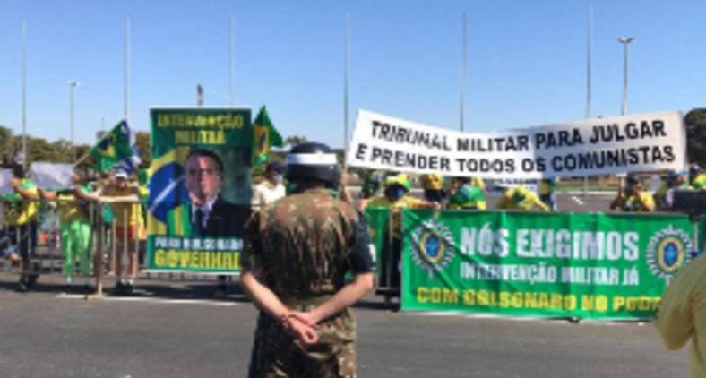 Apoiadores de Jair Bolsonaro pedem a volta do AI-5, ferramenta de controle mais dura da ditadura militar (Sergio Lima / AFP)