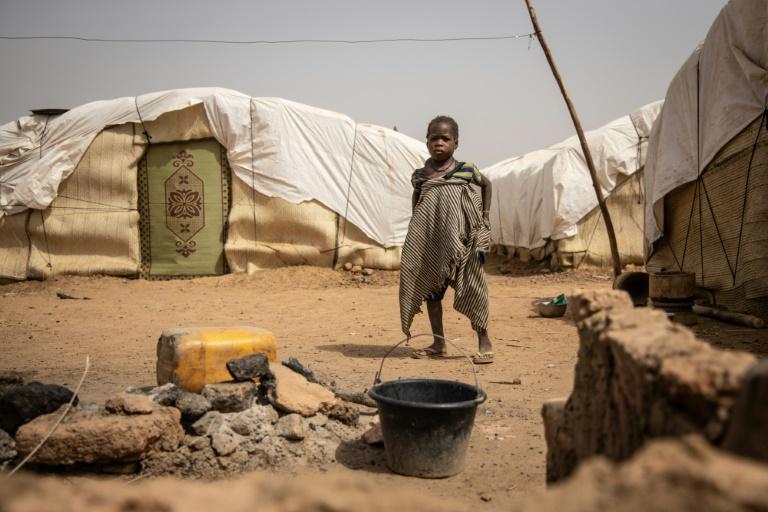 Menina em campo de refugiados internos no norte de Burkina Faso