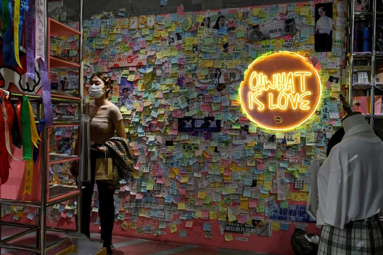 Uma loja de produtos para fãs em Pequim com uma parede coberta de desejos de fãs para seus ídolos, em 31 de agosto de 2021